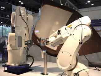 Roboter suchen nach Materialfehler