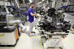 Golf Produktion im Werk Wolfsburg ? Mensch und Roboter arbeiten Hand in Hand